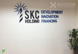 Logo công ty SKC làm backdrop
