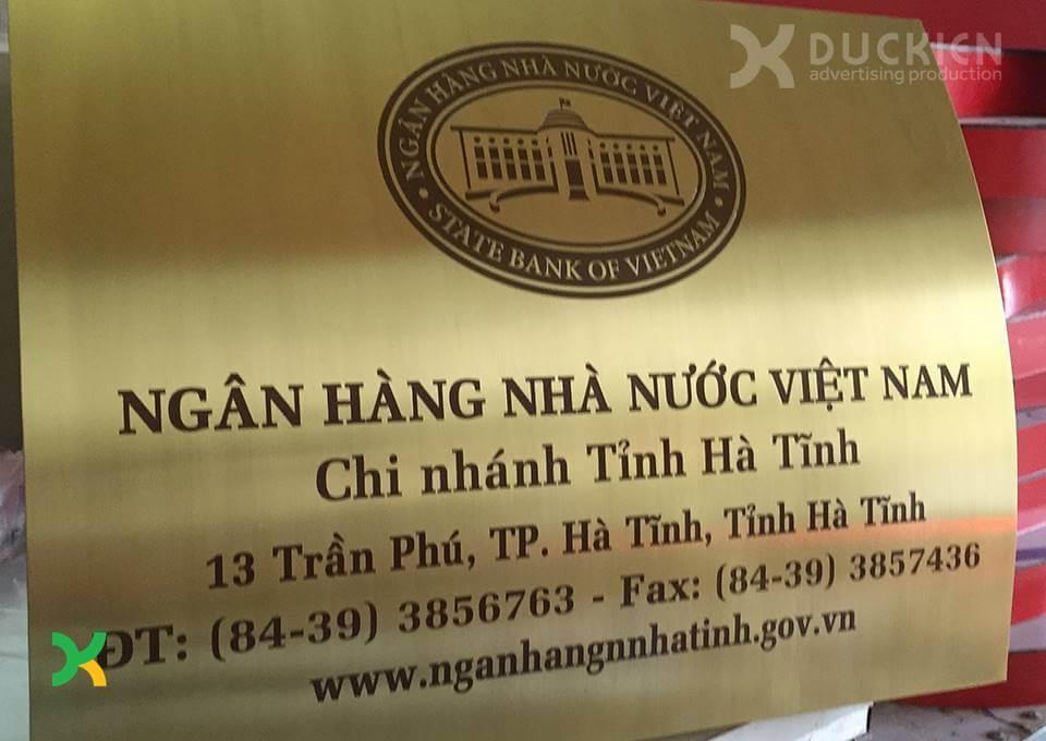 Biển trụ sở cơ quan bằng đồng của Ngân hàng Nhà nước chi nhánh Hà Tĩnh