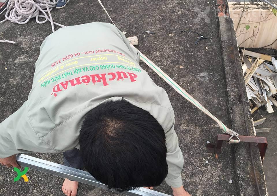 Công nhân Đức Kiên AD đang thi công một bộ chữ trên nóc tòa nhà