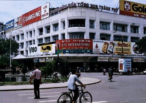 Phía xa, những thương hiệu nổi tiếng thời nay là Samsung và thuốc lá Vinataba đã xuất hiện!