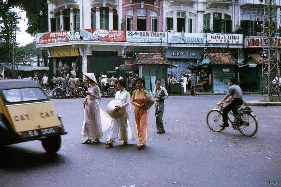 Biển quảng cáo phía sau những thiếu nữ Sài Gòn