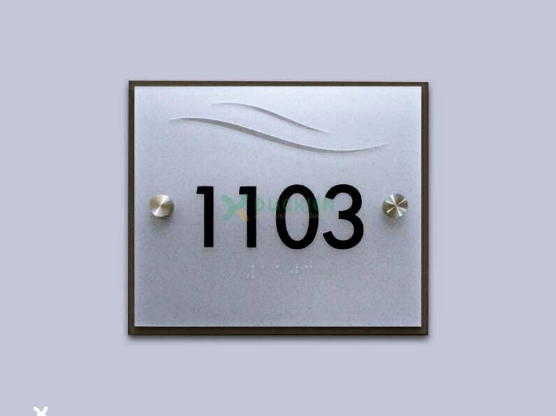 Biển số phòng chung cư bằng nhôm kết hợp inox chân kính