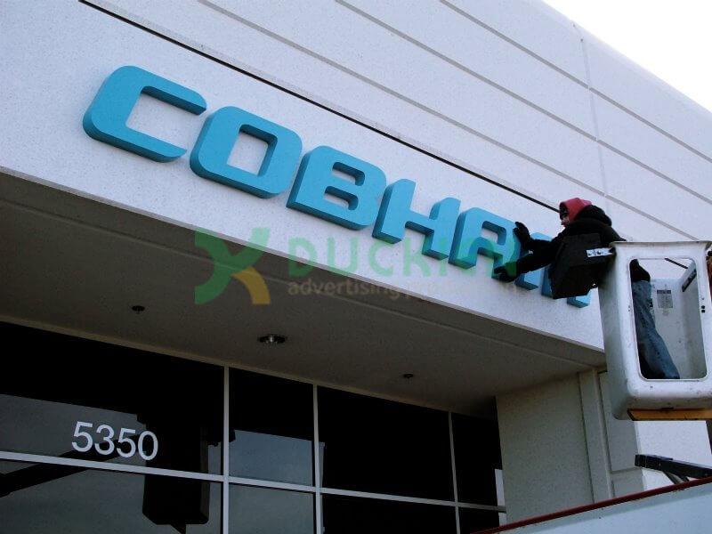Lắp đặt biển chỉ dẫn logo thương hiệu cho tòa nhà