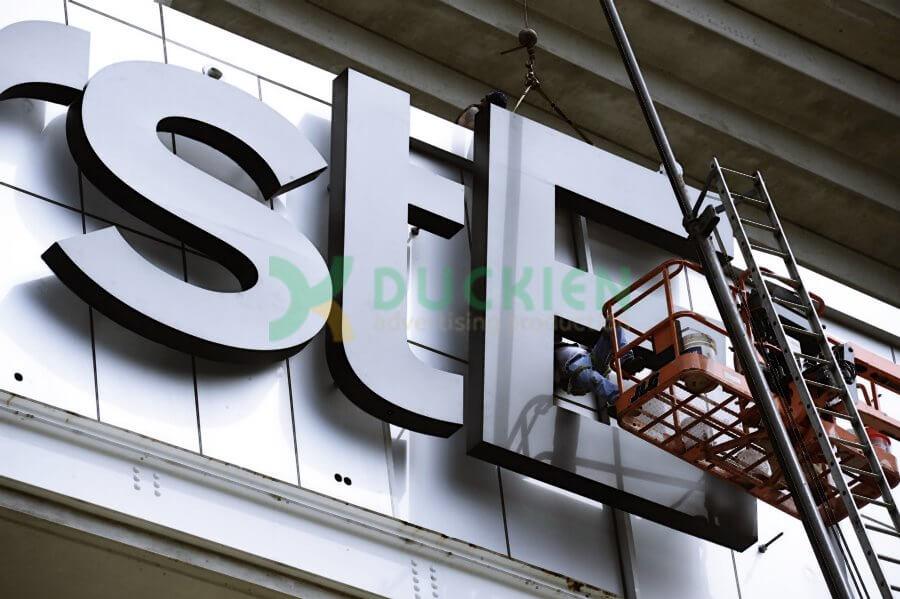 Biển quảng cáo tại hông tòa nhà với chữ nổi được gia cố bằng khung sắt bên trong