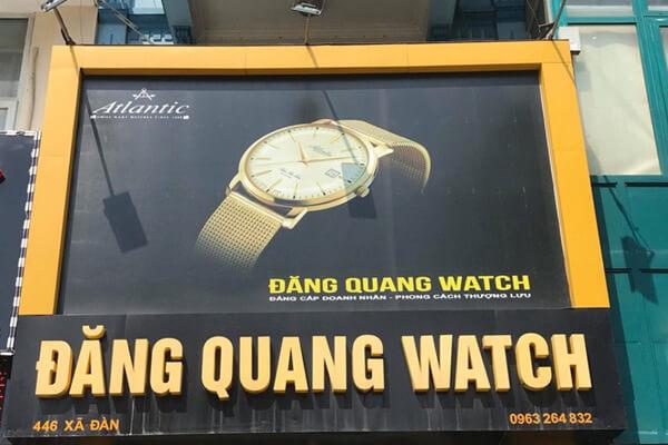 Một biển quảng cáo alu của hãng phân phối đồng hồ