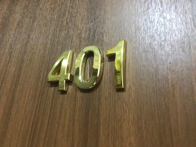 Biển số phòng bằng đồng nguyên khối kèm mạ vàng của một khách sạn