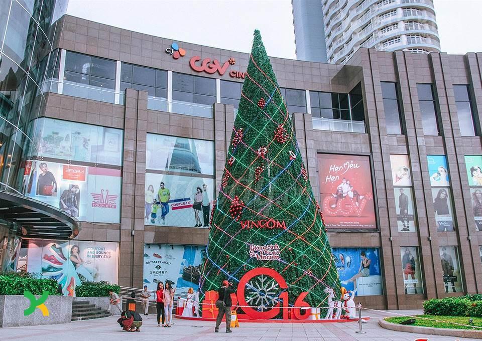 Một cây thông noel khổng lồ được thi công trước sảnh Lotte
