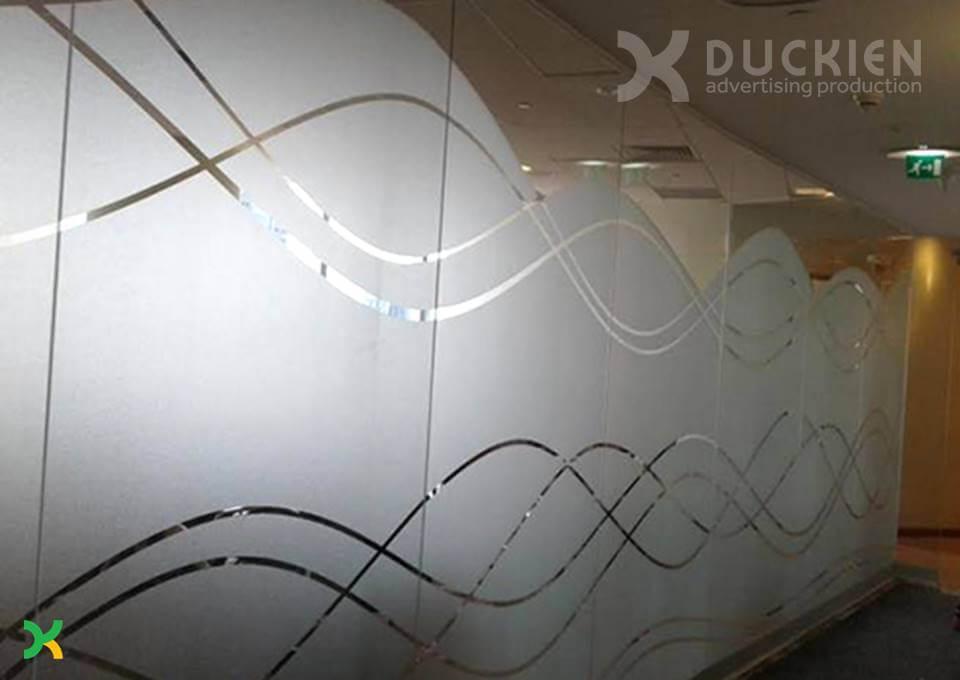 Họa tiết trang trí văn phòng bằng decal kính mờ: đơn giản mà hiện đại