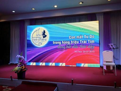 Một màn hình LED độ phân giải trung bình dùng cho một sự kiện hội thảo trong nhà