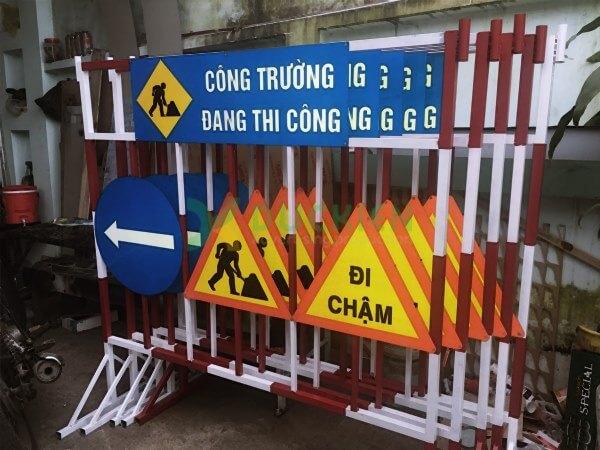 Biển chỉ dẫn lề đường cũng có thể là biển báo giao thông