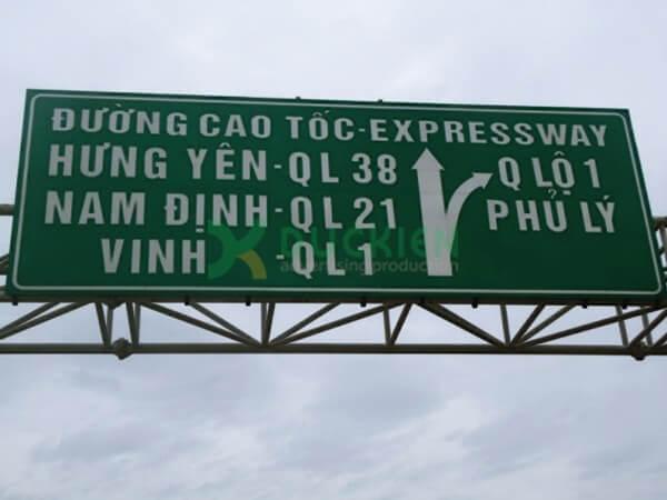 Biển chỉ dẫn trên giá long môn của các con đường quốc lộ cũng sử dụng tôn
