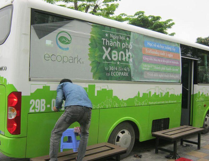 Thi công dán decal lưới quảng cáo trên xe bus