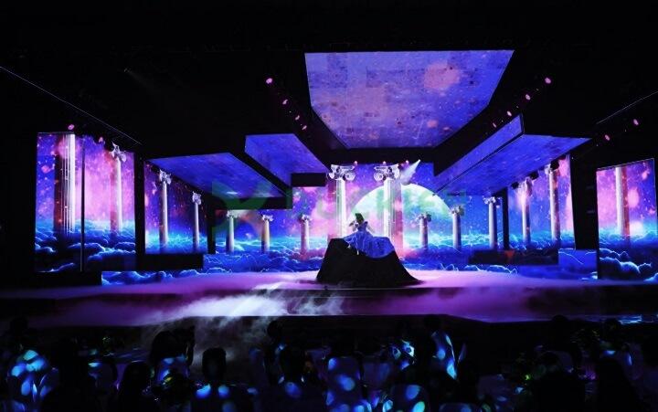 Sân khấu sự kiện lộng lẫy với ánh đèn LED trong bản phối 3D